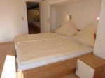 Schlafzimmer mit Blick zur Verbindungstür 2-Bett-Zimmer