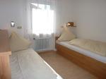 Schlafzimmer 2 mit Einzellbett und Querklappbett (links)